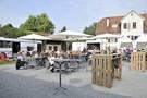 Weingenuss auf dem Lauffener Kiesplatz am Neckarufer